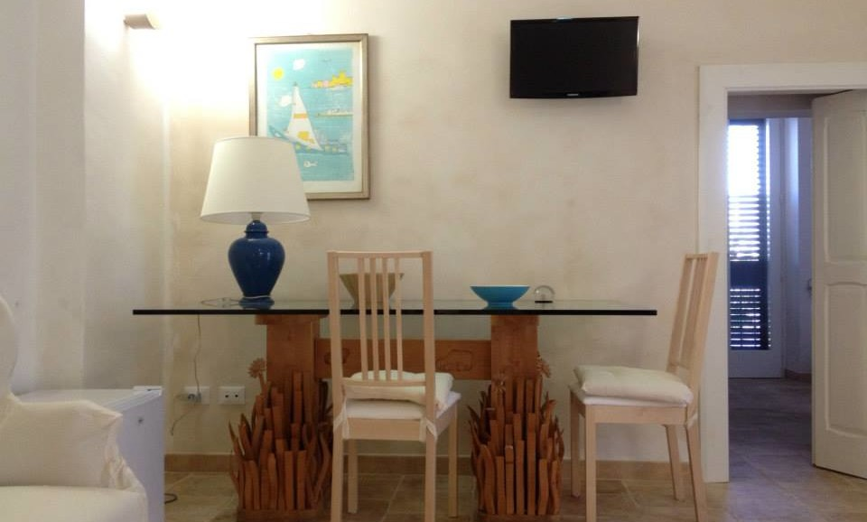 the crystal table in the Star Suite in B&B Guest House Salento Tana del Riccio